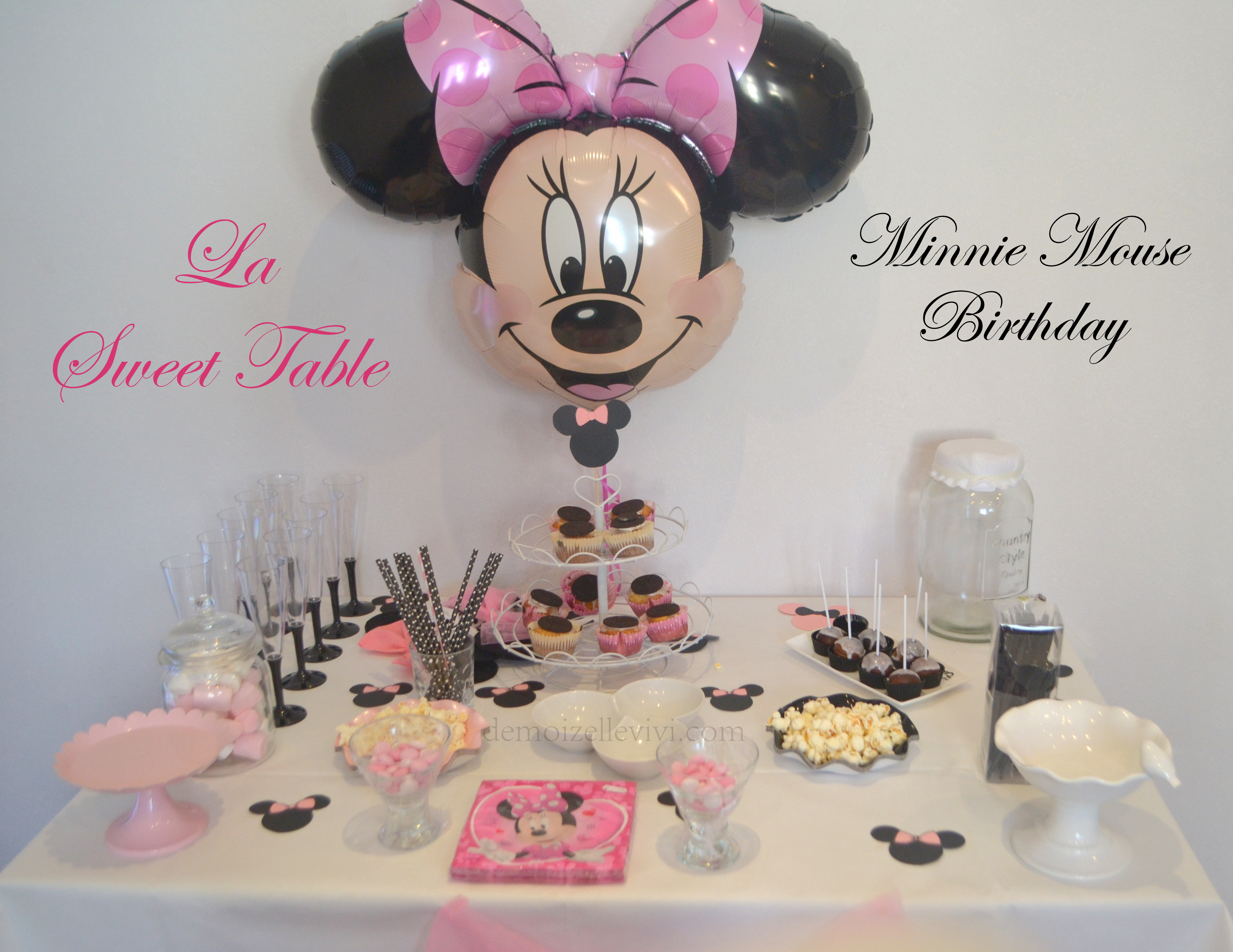 le minnie birthday de mady 2 le g teau d anniversaire la sweet table et le photobooth. Black Bedroom Furniture Sets. Home Design Ideas